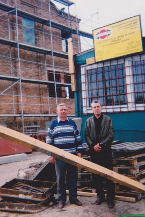 Podczas budownictwa Domu Polskiego (kwiecień 1999 roku). Kazimierz Ratuszyński – koordynator budowy, pierwszy dyrektor Domu Polskiego; Grzegorz Raudo – inżynier kontraktu