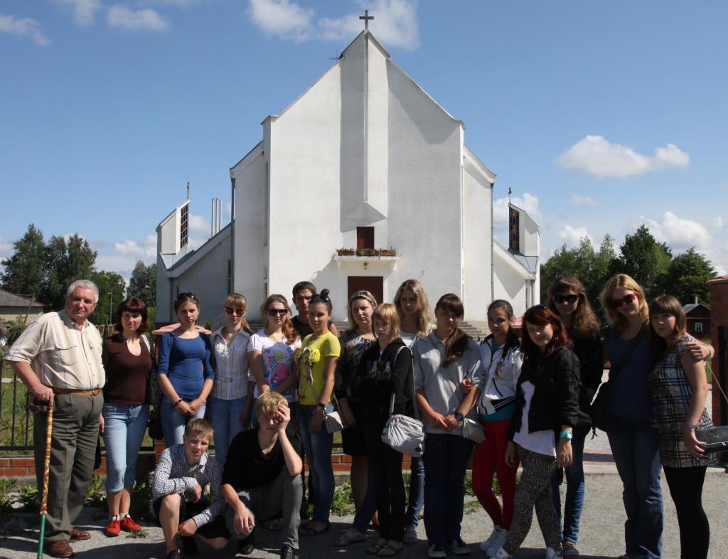 Stefan Kurjata chętnie dzieli się swa wiedzą z młodzieżą. Uczestnicy I Obozu języka i kultury polskiej w lipcu 2011 roku odwiedziły Dowbysz.