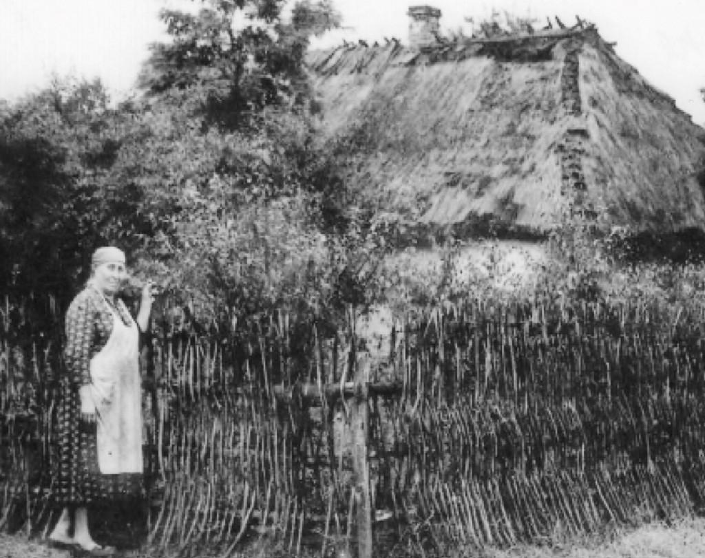"""Stanisława Szwydiuk koło swego budynku we wsi Ulaszanowka """"socjalistyczny raj"""" (lata 60-te)"""