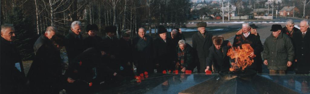 Ветерани польського війська покладають квіти вічного вогню у Житомирі 12 грудня 1999 року