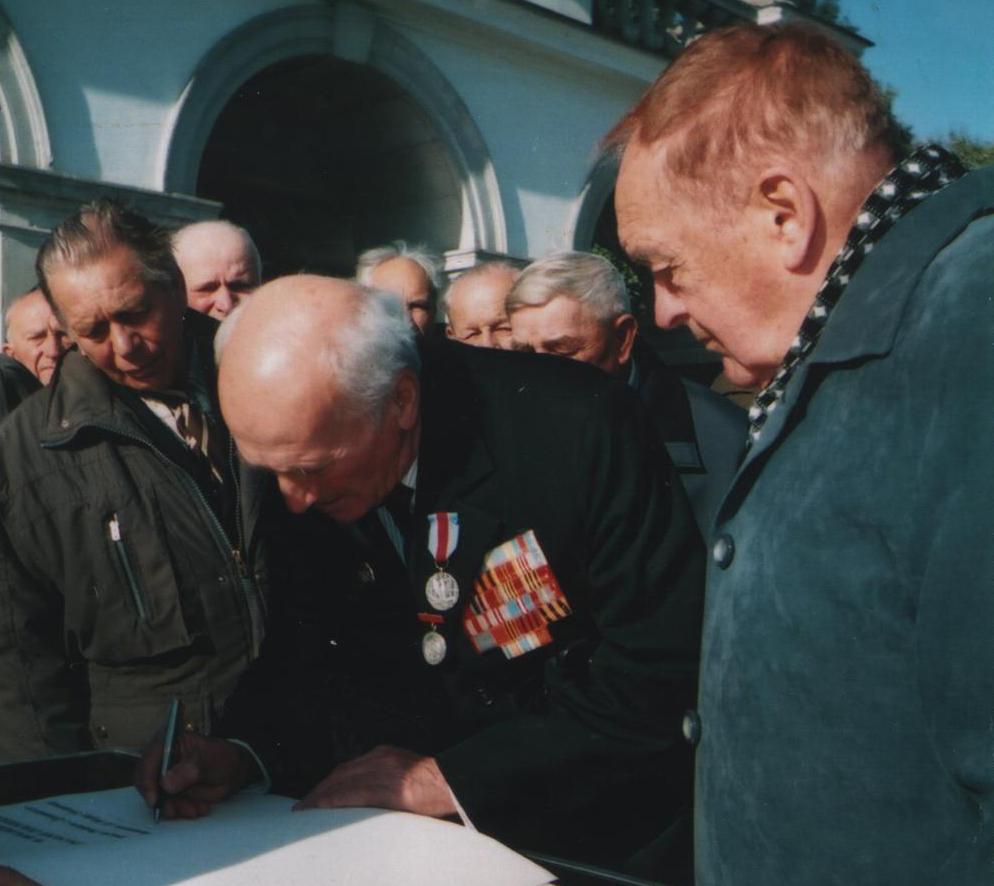 Ветерани ставлять підписи у Книзі почесних гостей столиці Польщі Варшави
